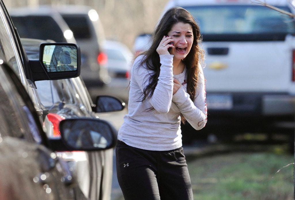 Carlee Soto usa un teléfono para obtener información sobre su hermana, Victoria Soto, una maestra de la Escuela Primaria Sandy Hook en Connecticut, (ARCHIVO/AP)