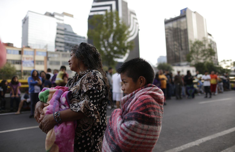 Personas salieron a la calle el sábado por la mañana al sonar las alarmas antisísmicas de la Ciudad de México. AP
