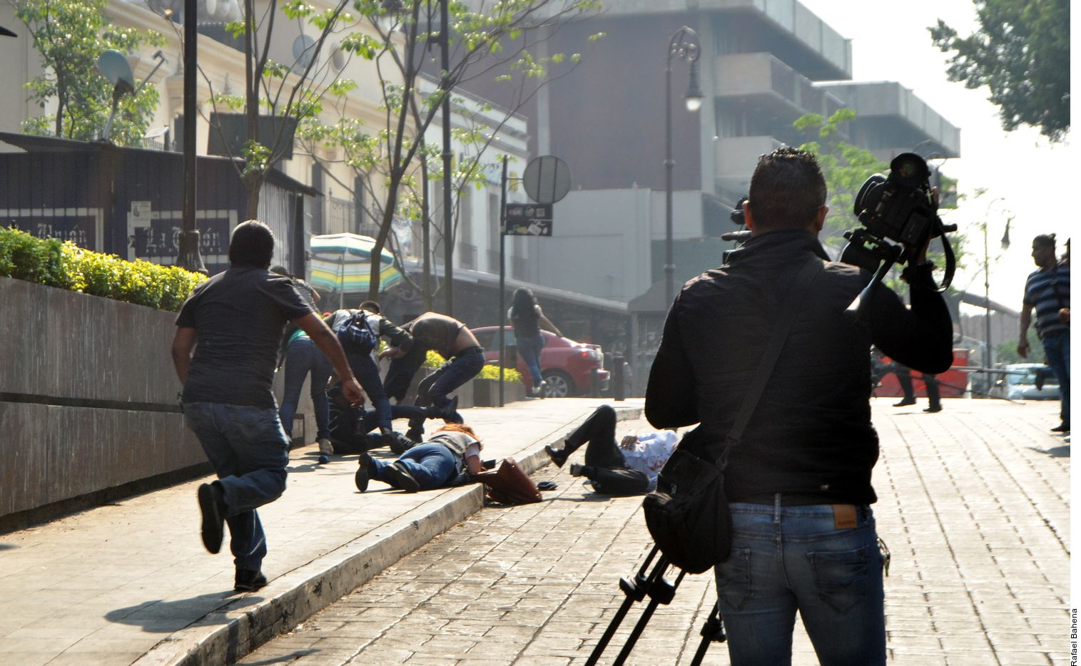 Las detonaciones causaron zozobra en habitantes y turistas que se encontraban en la explanada principal de Cuernavaca, que corrieron o se tiraron al piso para protegerse de una bala perdida./ AGENCIA REFORMA