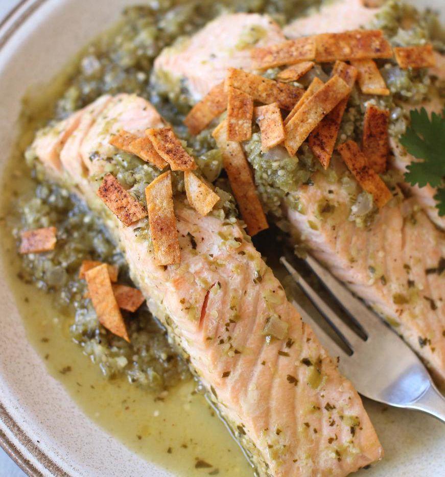 Una reducción con salsa de tomatillo enriquece este salmón (AP/MATTHEW MEAD)