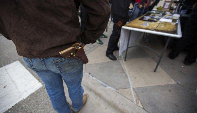 Un hombre porta un arma en una pistolera durante una manifestación a favor de la portación de armas afuera del Capitolio, en Austin, en enero. (DMN/ASHLEY LANDIS)