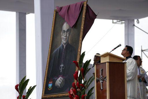 Un retrato del obispo Jesús Jaramillo, que fue beatificado por el papa Francisco, se desvela durante una misa en Villavicencio, Colombia, el viernes 8 de septiembre de 2017. (AP Foto/Andrew Medichini)