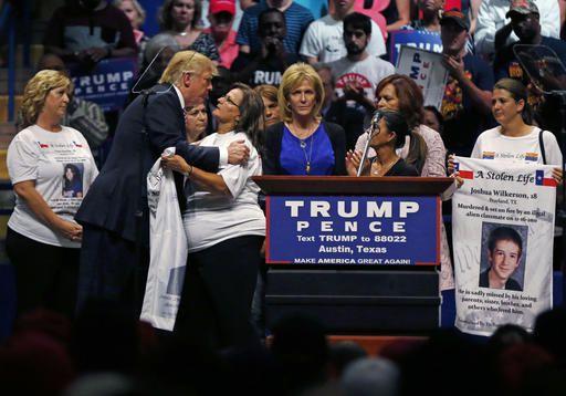 El candidato republicano Donald Trump  abraza a las madres de víctimas de migrantes indocumentados.