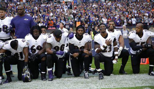 ugadores de los Ravens de Baltimore se hincan durante la interpretación del himno nacional previo al partido contra los Jaguars de Jacksonville el domingo 24 de septiembre de 2017, en Londres. (AP Foto/Matt Dunham)