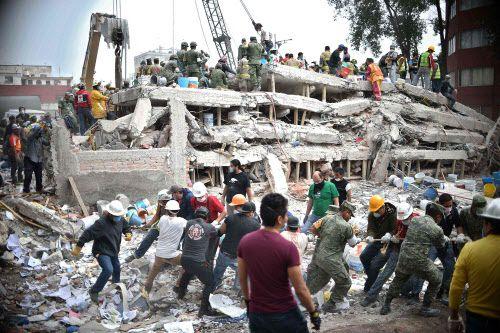 Rescatistas, soldados y voluntarios buscan sobrevivientes entre los escombros de un edificio derrumbado en el sismo del miércoles en México. AFP-Getty Images