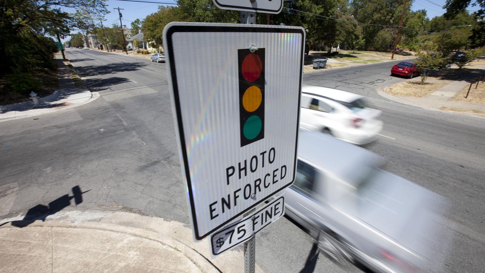 Las cámaras que multan a los que se pasan un semáforo en rojo en Dallas son polémicas. (DMN/ARCHIVO)