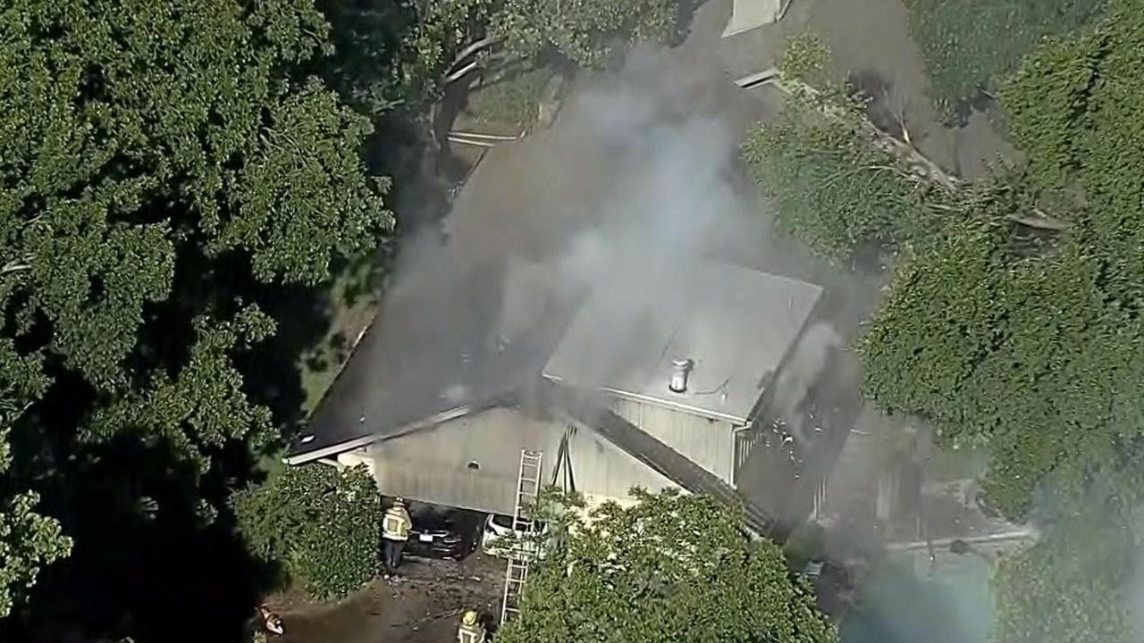 Una vista aérea del incendio del garaje donde murió el abogado Ira Tobolowksy. (NBC5/KXAS-TV)