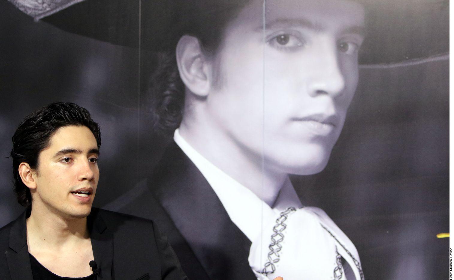 """Alex Fernández (foto) se lanzó como cantante de ranchero en noviembre bajo el abrigo de su abuelo """"El Charro de Huentitán"""", quien además de ser su productor musical, también es su mánager. AGENCIA REFORMA"""