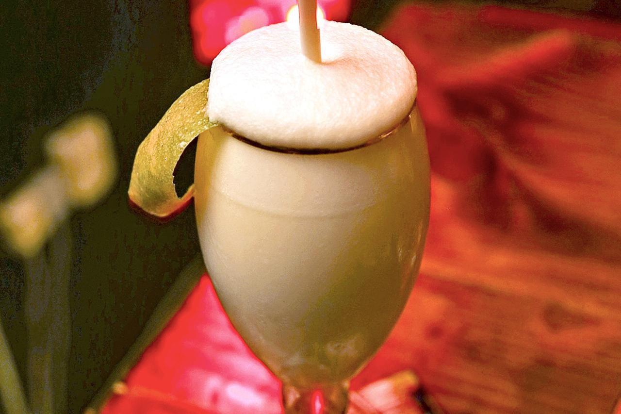 El Ramos Gin Fizz es un coctel clásico de ginebra con huevo y crema que fue inventado en Nueva Orleans.(AGENCIA REFORMA)