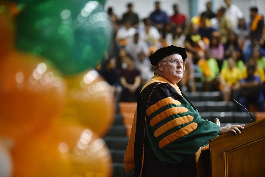 Richard Benson, presidente de UT-Dallas, durante la celebración de los 50 años de la entidad, el domingo pasado.