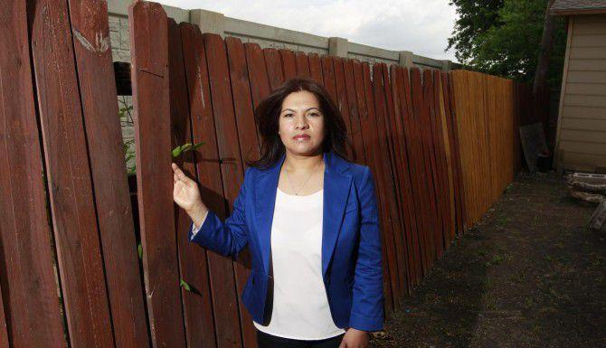 María Cázares tuvo que pagar por reparaciones en la estructura de su casa debido a daños provocados por la construcción en la cercana autopista LBJ Freeway. (DMN/DAVID WOO)