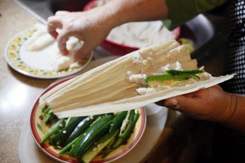 Se coloca el chile serrano y queso fresco en el centro./BEN TORRES ESPECIAL PARA AL DIA