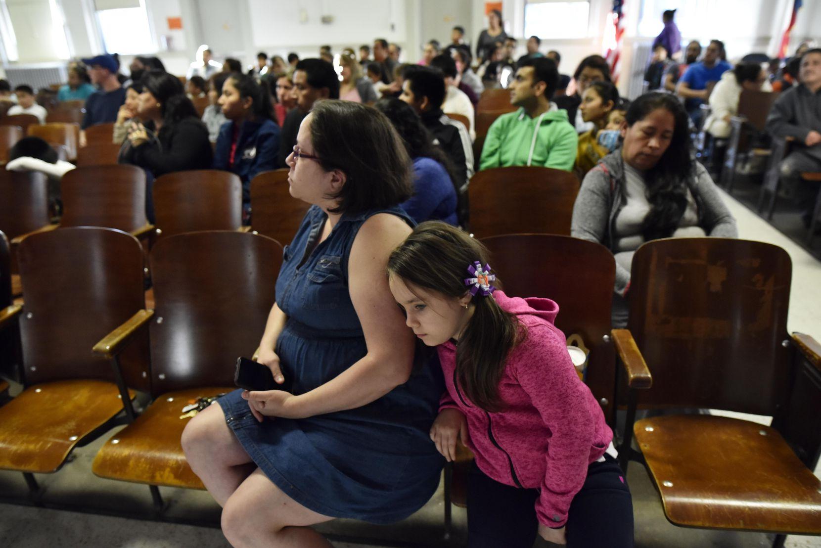 Gabriela Suárez, junto a su hija, durante la audiencia sobre el cierre de la primaria Sam Houston. BEN TORRES/ESPECIAL PARA AL DÍA