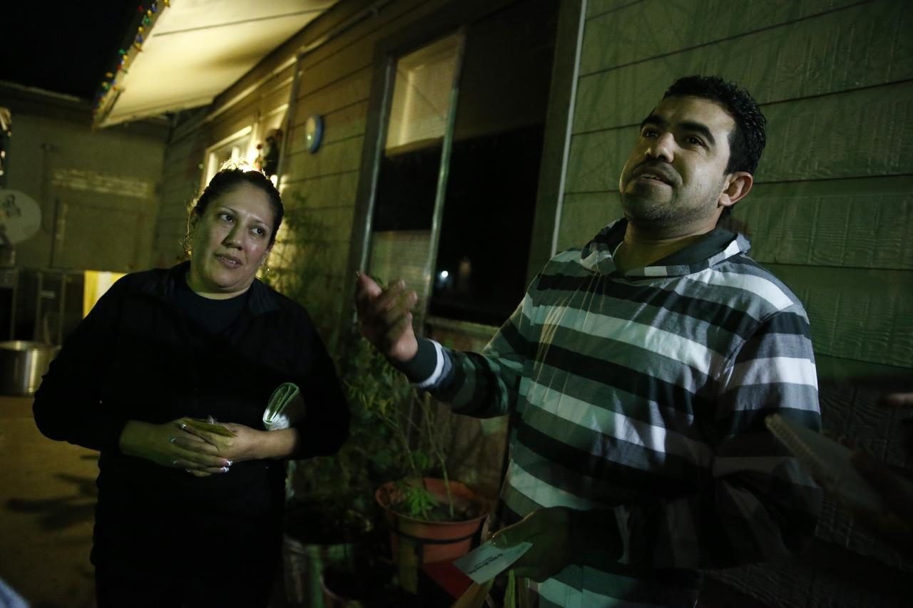 Yadira Arandas y su esposo Edgar Arandas habla sobre los temores de que agentes de migración lleguen a su venciondario en Dallas. (DMN/NATHAN HUNSINGER)