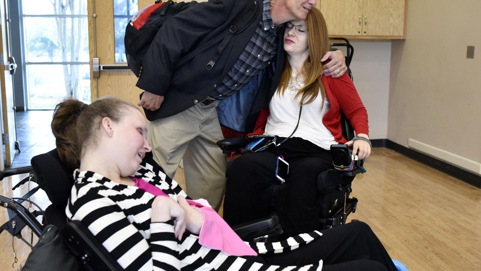 Jackie Murpree, de 30 años, junto a su padre Pat, quien abraza a Tanya Winchester, quien contó la experiencia que la dejó parapléjica. Cinco condados anunciaron una iniciativa contra los conductores ebrios.  ——-  Un vehículo chocado se exhibe coomo recordatorio de lo que el alcohol puede causar en las carreteras. El miércoles se anunció una campaña contra el DWI en el Norte de Texas. (ESPECIAL PARA AL DÍA  ——-  ESPECIAL PARA AL DÍA/BEN TORRES  ——-  BEN TORRES)