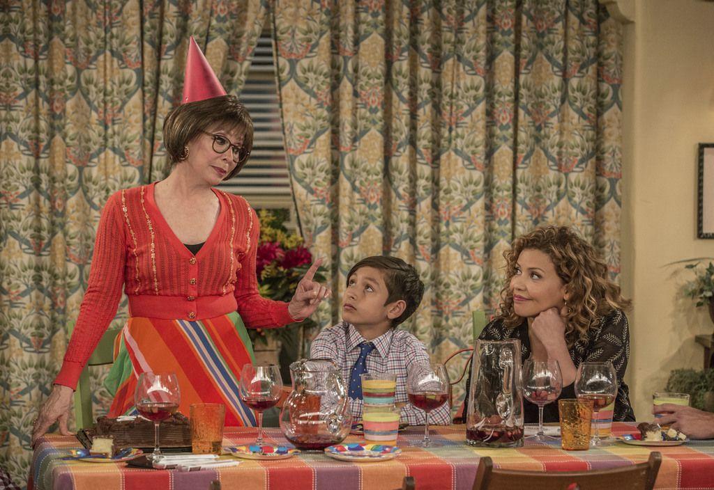 Netflix decide cortar la producción de 'One Day at a Time' con Rita Moreno, Marcel Ruiz y  Justina Machado. (Michael Yarish/Netflix via AP)