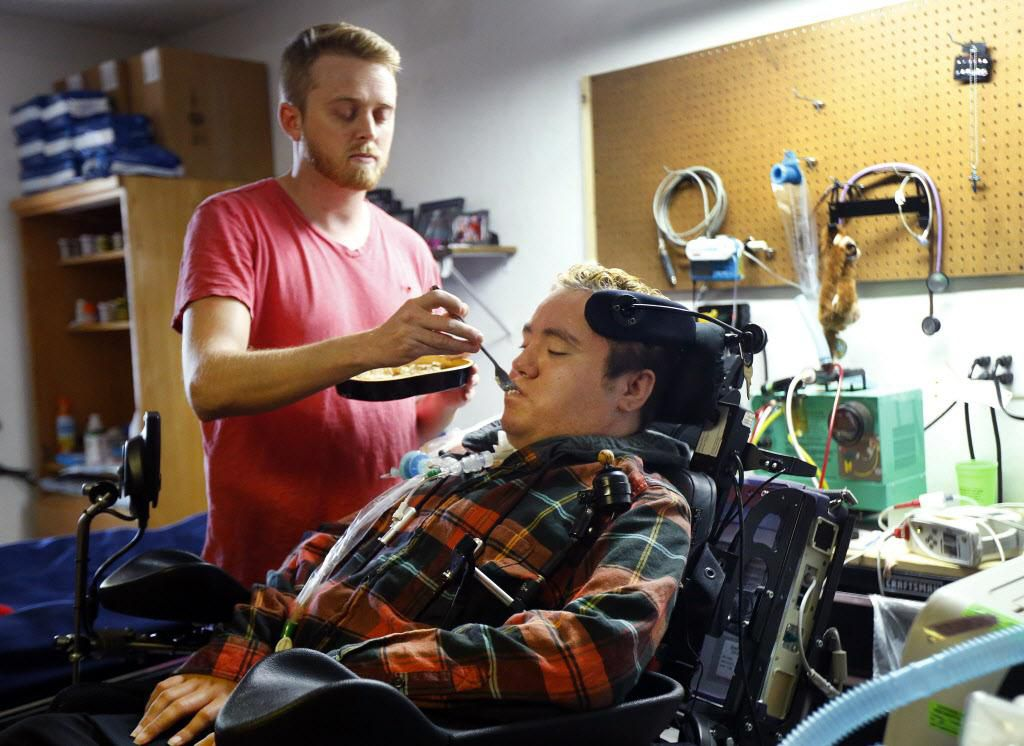 Zak Farquer, quien se encuentra cuadraplégico, recibe alimentación de parte de un enfermero en Kileen, Texas.  Superior Health Plan le negó servicios de cuidado y equipo a Farquer, según se detalló  The Dallas Morning News. (DMN/TOM FOX)