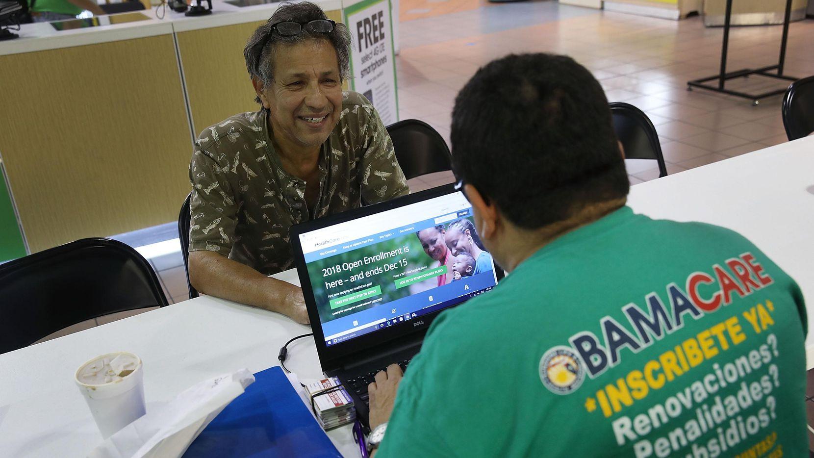 Un agente de seguro de salud Sunshine Life ayuda a inscribir en el seguro médico federal a una familia en 2017. Foto:  GETTY IMAGES