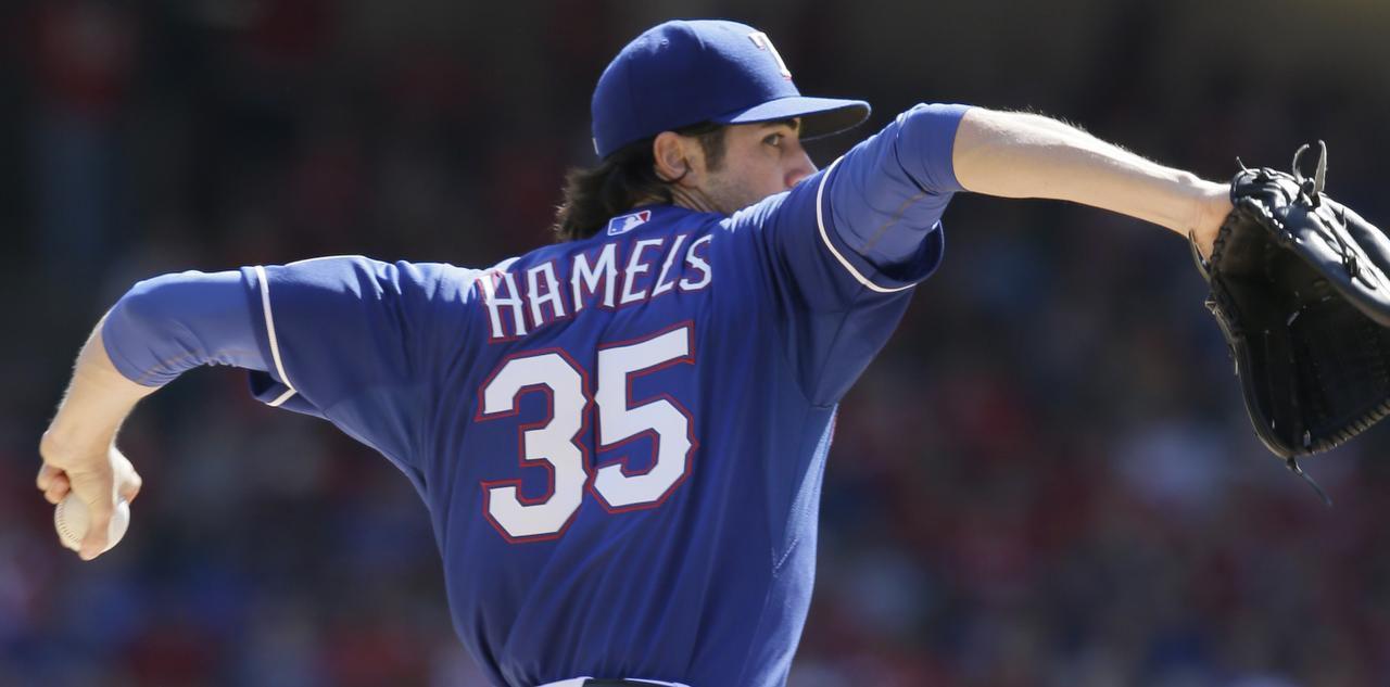 El pítcher Cole Hamels lanzó para los Rangers en el último juego de la campaña regular. (AP/LM OTERO)