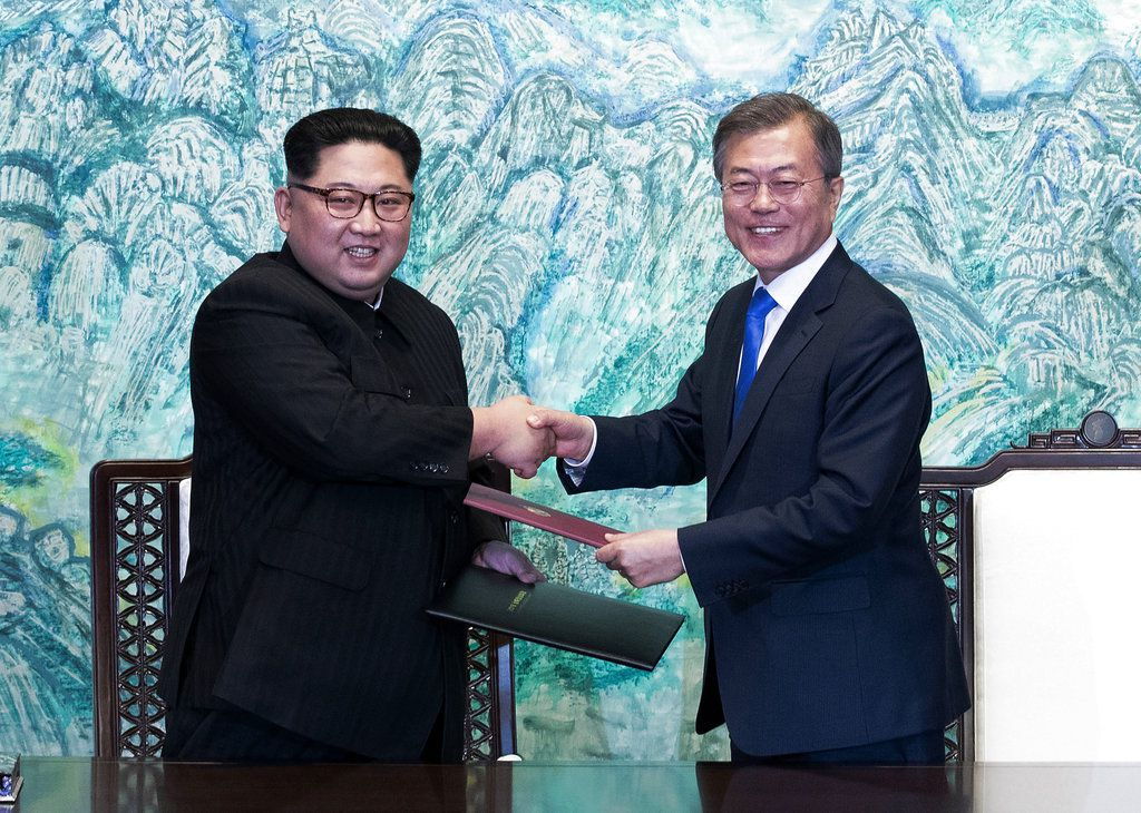 Kim Jong Un y el presidente de Corea del Sur Moon Jae-in. AP