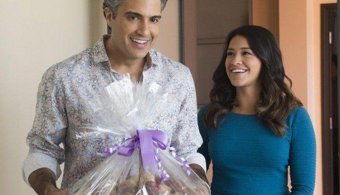 """Jaime Camil y Gina Rodriguez en """"Jane the Virgin"""", la exitosa comedia de CW que se transmite los lunes (AP/CW)"""
