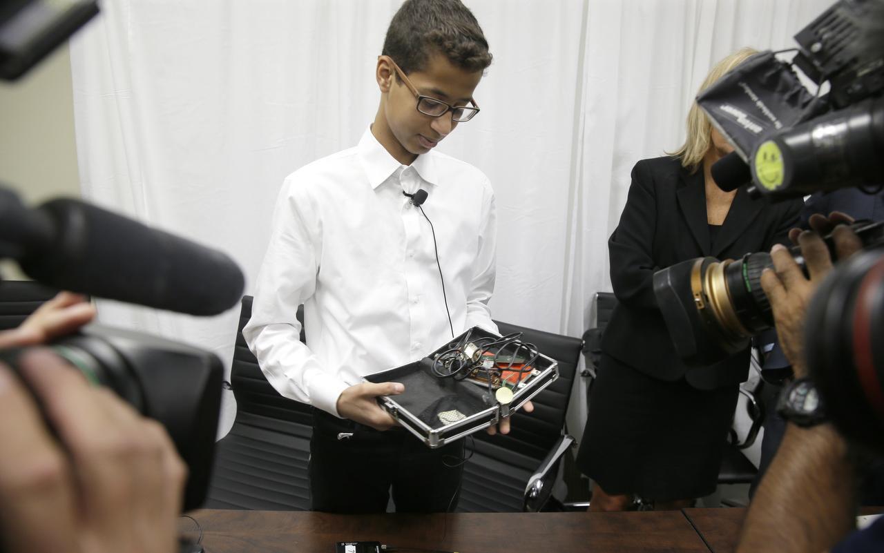 Ahmed Mohamed muestra el reloj que constuyó con una caja para lápices y otros instrumentos. (AP/LM OTERO)