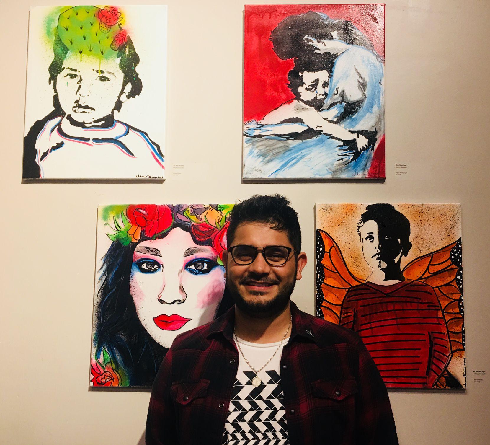 El artista Marco Saucedo fotografiado al frente de sus obras en el Oak Cliff Cultural Center el 4 de mayo de 2018, en el marco de la exposición Maricón. Foto: Jenny Manrique / Al Día