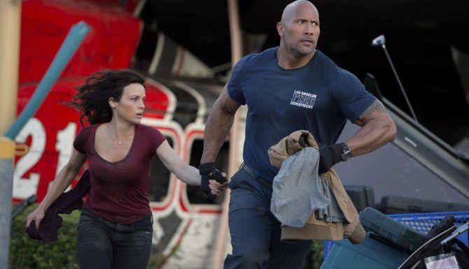 """Carla Gugino (izq.) como Emma y Dwayne Johnson como Ray estelarizan la cinta """"San Andreas"""".(AP)"""
