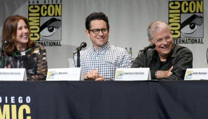 "J.J. Abrams (centro), director de ""Star Wars: The Force Awakens"" que se estrenará en diciembre. (AP/RICHARD SHOTWELL)"