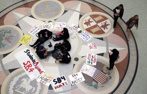 Estudiantes se reúnen en la Rotunda del Capitolio de Texas en oposición a la propuesta SB4. (Eric Gay/AP)