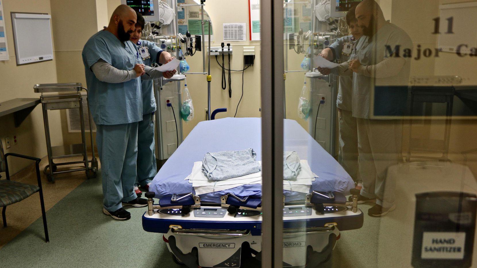 Un doctor y una enfermera atienden a un paciente de flu en una sala de emergencias en Atlanta.(AP)