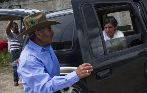 Pablo Ibarra, de 75 años, le abre la puerta a su esposa Francisca Santiago, al llegar a su fiesta de recién casados, en Santa Ana, Oaxaca. La pareja se conoció en 1967 y finalmente se pudieron casar por la iglesia.