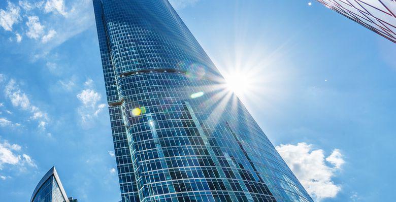 El sol reflejado en un edificio con paredes reflejantes.