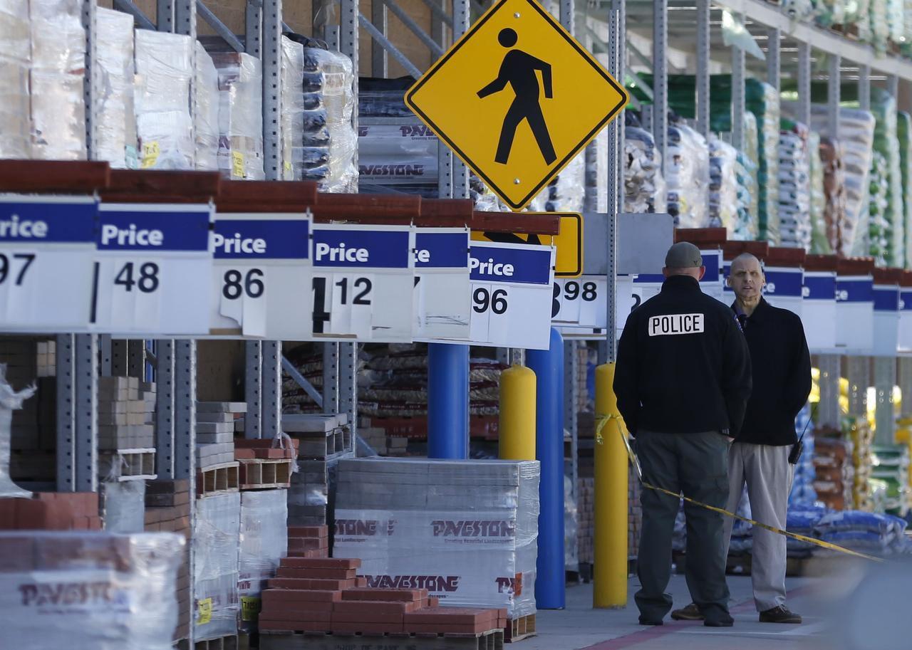 Policías de Kaufman investigan la escena del crimen en un Wal-Mart. (DMN/ROSE BACA)