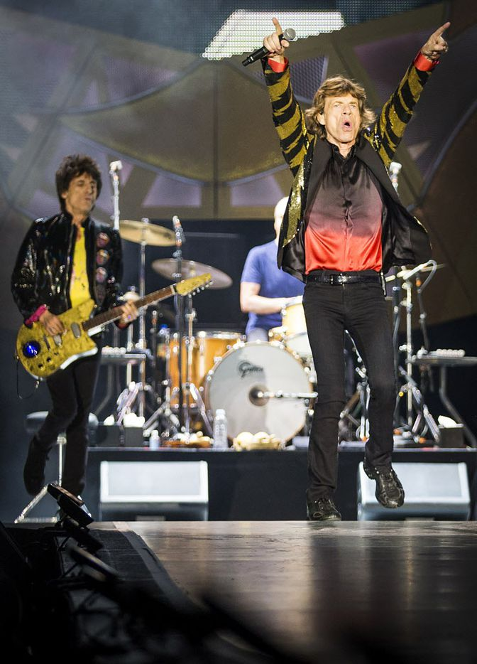 Mick Jagger (right) and Ronnie Wood on stage at AT&T Stadium