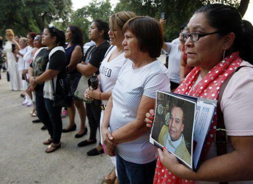 Martha Macías llevó una fotografía del cantante mexicano Juan Gabriel durante un tributo al músico realizado en las afueras del Consulado de México en Dallas. BEN TORRES/AL DIA