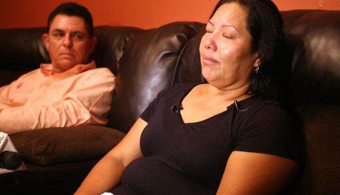 Raquel Alvarado habla de sus tres hijos, Éricka, Alex y José Alvarado Rivera, en su casa en Progreso, Texas. Los tres fueron asesinados en Tamaulipas. (AP/JOEL MARTÍNEZ)