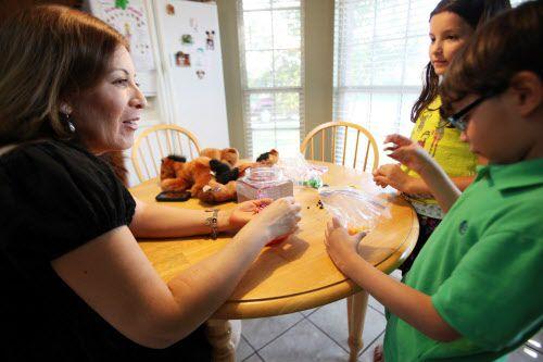 Bertha Castillo, promotora de un grupo de apoyo para padres hispanos, conversa con sus hijos Daniel y Gabriela Castillo. BEN TORRES/ESPECIAL PARA AL DÍA