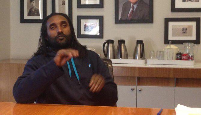 Abreham Zemedagegehu habla de su querella contra el condado de Arlington, Virginia. Fue acusado de robar un iPad cuyo dueño lo encontró más tarde. Pasó seis semanas preso sin poder comunicarse, pues es sordomudo. (AP/MATT BARAKAT)