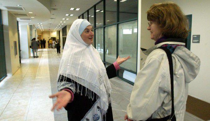 Elizabeth Nassar (izq.) explica a la visitante Elissa Mills algunos de los programas del Centro Islámico de Irving. (DMN/ARCHIVO)