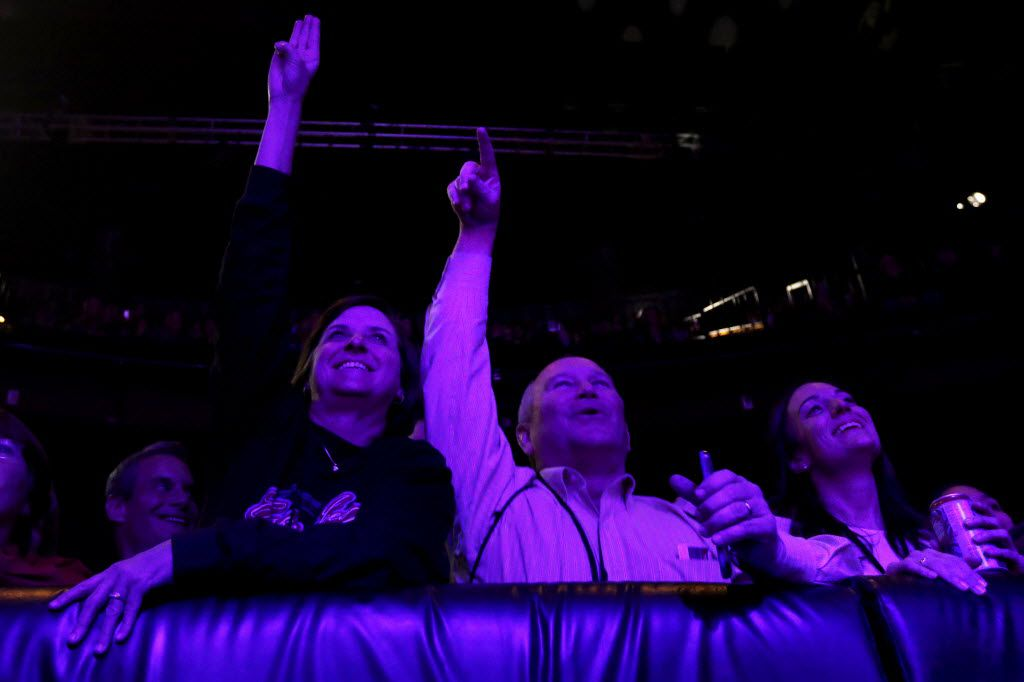 Audience members cheer as Jennifer Nettles performs at the House of Blues in Dallas on Thursday, Dec. 3, 2015. (Rachel Woolf/The Dallas Morning News)