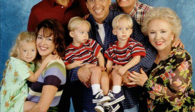 Ray Romano carga a los mellizos Sawyer y Sullilvan Sweeten. Sawyer falleció a los 19 años. (CBS/MONTY BRINTON)