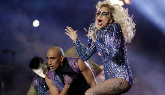 Lady Gaga fue la artista encargada del Show de Medio Tiempo en el Super Bowl. Fotos AP