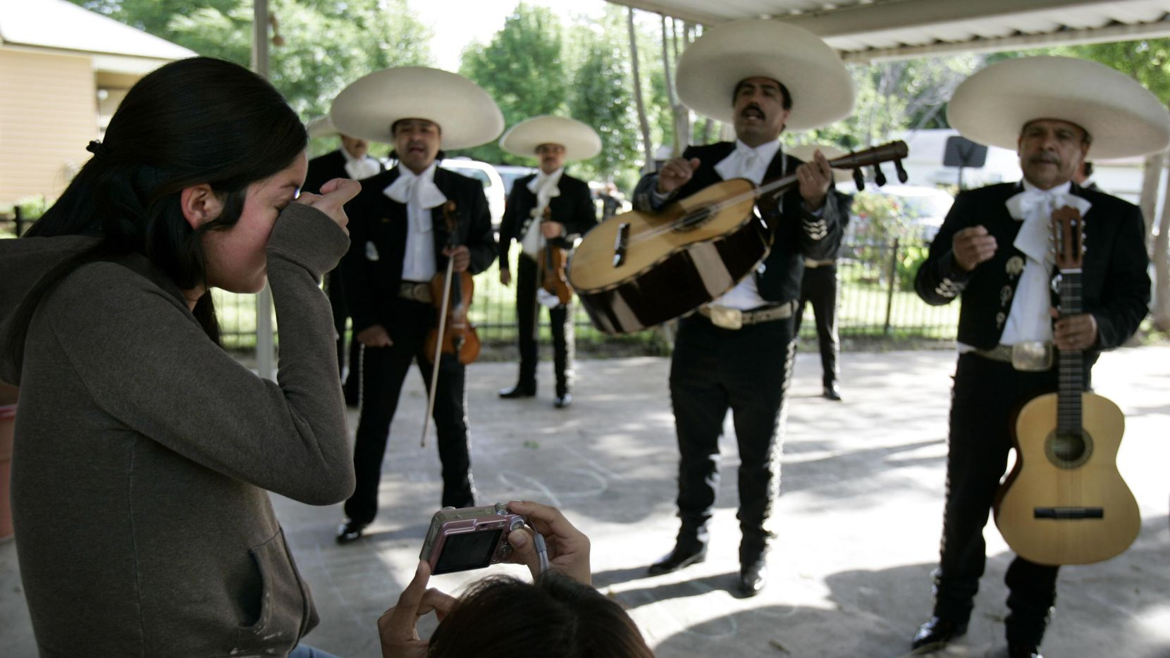 Los mariachis tiene una de sus jornadas más activas durante el Día de las Madres. and for both their mothers. ARCHIVO/DMN