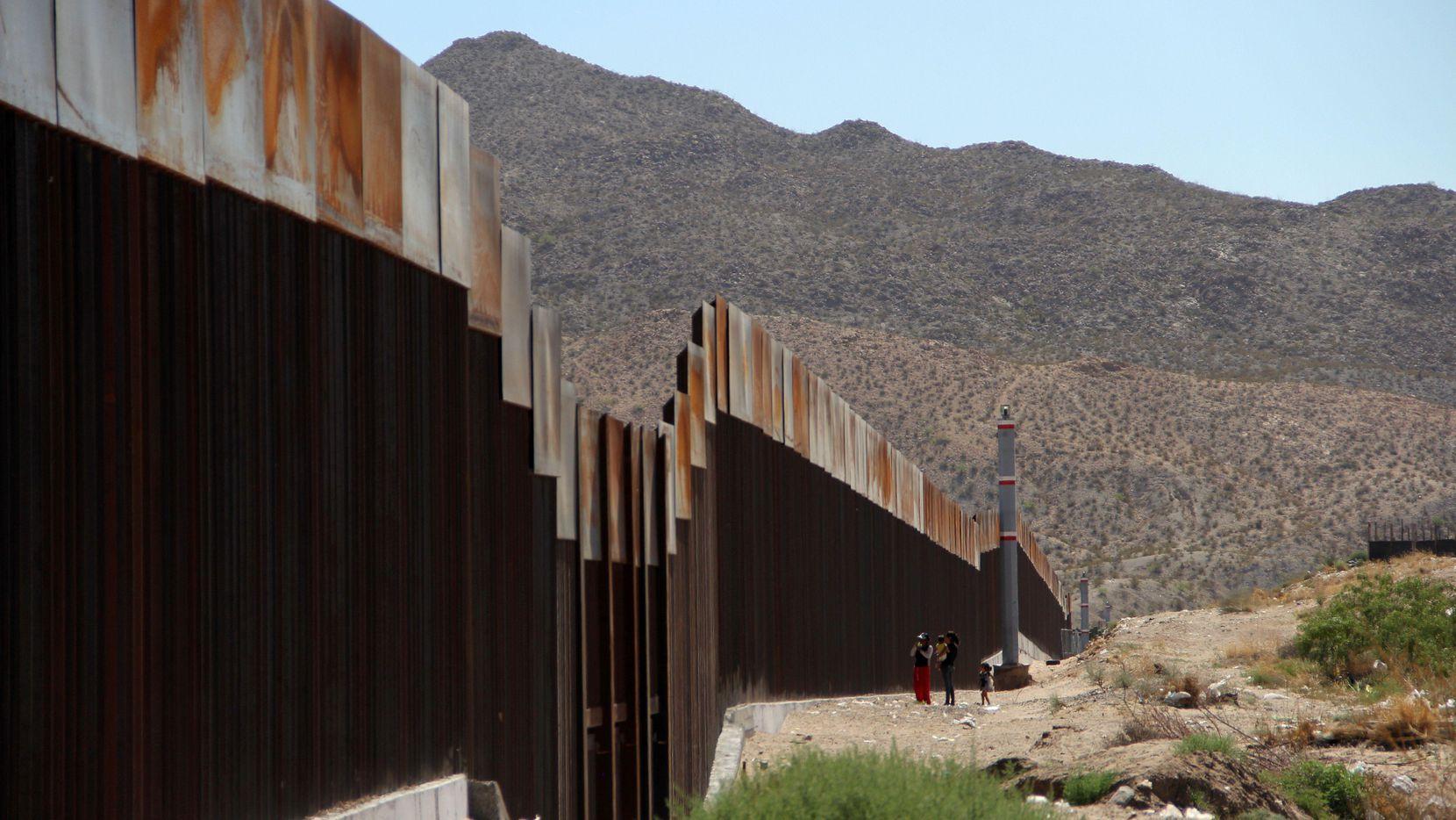 La valla en la frontera entre Nuevo México y Chihuahua, y que será reemplazada por un muro de hasta 30 pies de altura.(GETTY IMAGES)
