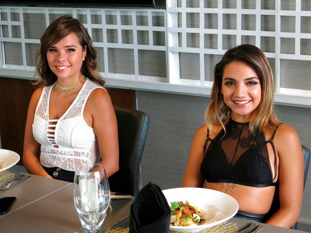 """Maria Usi, izquierda, y Leslie Gallardo de """"Acapulco Shore"""" posan para un retrato en la Ciudad de México en una fotografía del 6 de abril de 2018. La nueva temporada del reality """"Acapulco Shore"""" se estrena el martes 17 de abril de 2018 en MTV. (Foto AP/Berenice Bautista)"""