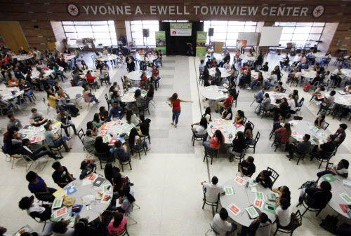 Yvonne A. Ewell Townview Center es un complejo de escuelas en Oak Cliff donde ofrecen programas educativos de salud, ciencia e ingeniería y administración de empresas, entre otros.