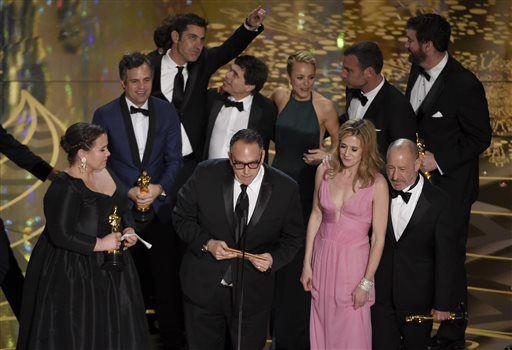 """Productores y miembros del elenco de """"Spotlight"""" recibieron el Oscar a mejor película. AP"""