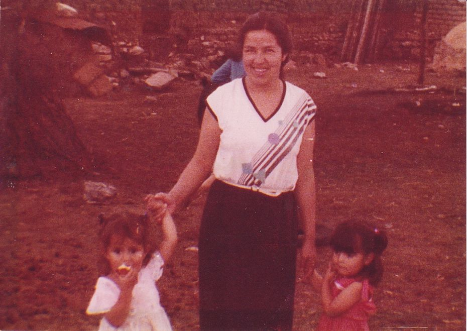 Martha Doss (à gauche), à l'âge de 3 ans avec sa mère, Socorro Jimenez, et sa sœur jumelle Erica Jimenez. La photo a été prise au Mexique avant que les trois immigrés aux États-Unis.
