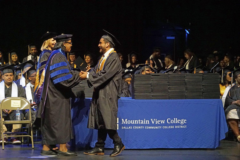 Eduardo Hernandez Mejia obtuvo su Associates Degree de Ciencia durante la ceremonia de graduación de Mountain View College en The Theatre at Grand Prairie el jueves 16 de mayo. (Lawrence Jenkins/Especial para Al Día)